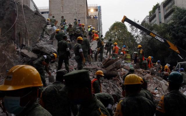 México afronta mayor riesgo a los desastres por el reciente recorte de fondos - Equipos de rescate trabajan entre los escombros de los edificios colapsados en Ciudad de México, el miércoles 20 de septiembre de 2017, tras un sismo de magnitud 7.1. Foto de EFE