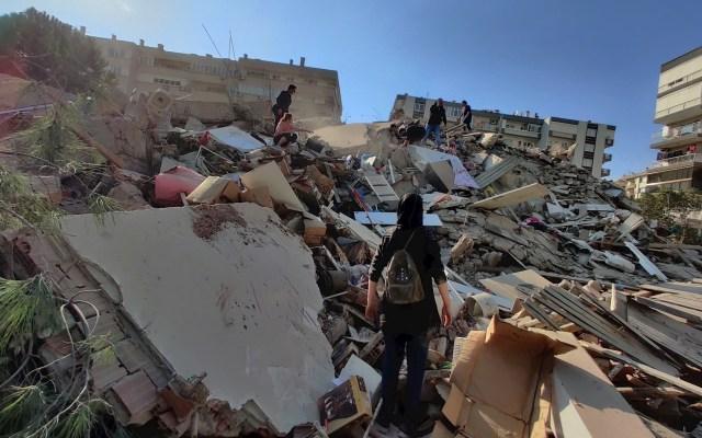 #Video Fuerte terremoto sacude Grecia y Turquía; se derrumban edificios - Así el terremoto en Esmirna, Turquía. Foto de EFE/ EPA/ Mehmet Emin Menguarslan.