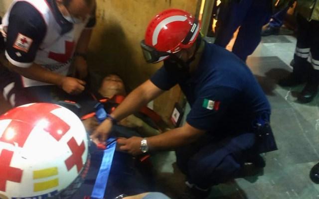 #Video Rescatan a empleado del Metro prensado en escaleras eléctricas - Trabajador del Metro atorado en escaleras eléctricas. Foto de @vialhermes