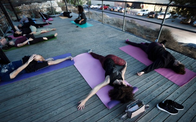 Yoga al aire libre en Cisjordania ante restricciones por COVID-19 - La gente practica yoga al aire libre en medio de las actuales restricciones del coronavirus en Ramallah, Cisjordania. Foto de EFE