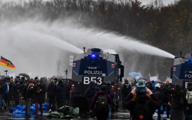 Policía alemana carga contra una protesta violenta por las restricciones - Foto de EFE
