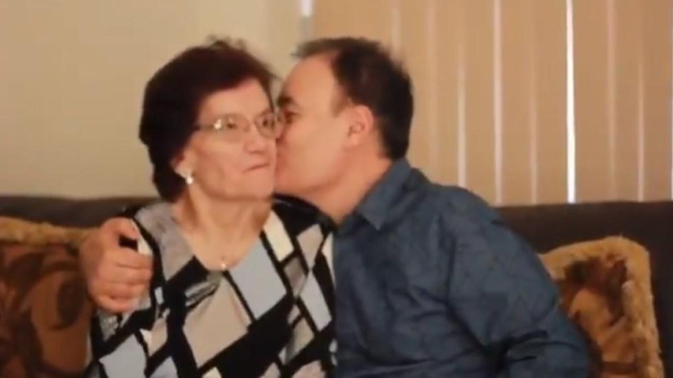 Murió María Luisa Montaño, madre del exsecretario Alfonso Durazo - Alfonso Durazo con su mamá, la señora María Luisa Montaño. Captura de pantalla