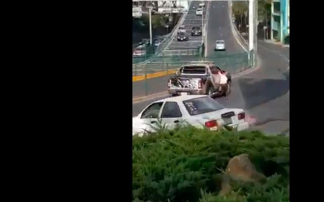 #Video Arrolla automovilista a mujer en CDMX; después se da a la fuga - Arrolla conductor de camioneta a joven en la CDMX; aparentemente se dio a la fuga al no querer pagar daños de choque. Foto Captura de pantalla