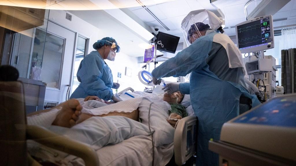Estados Unidos suma 280 mil nuevos casos y 3 mil 676 muertes por COVID-19 en 24 horas - Atención de paciente de COVID-19 en hospital de San Diego, California. Foto de EFE
