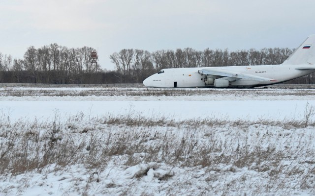 #Video Avión realiza aterrizaje de emergencia en Rusia; sobrepasa pista por falla en el motor - Foto Twitter @RALee85
