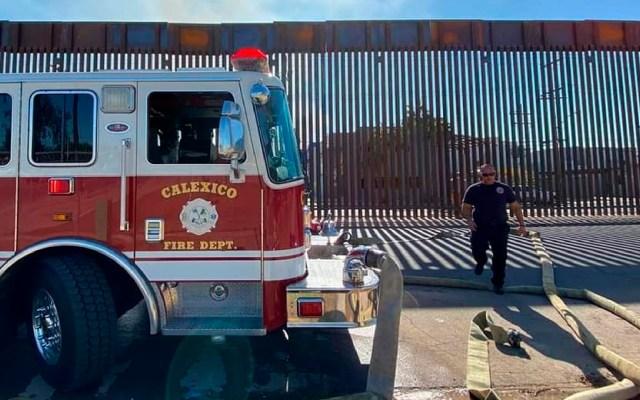 #Fotos Bomberos de EE.UU. atraviesan manguera por muro fronterizo para apagar incendio en Mexicali - Bomberos de EE.UU. atraviesan manguera por muro fronterizo para apagar incendio en México. Foto Facebook Calexico Fire Department