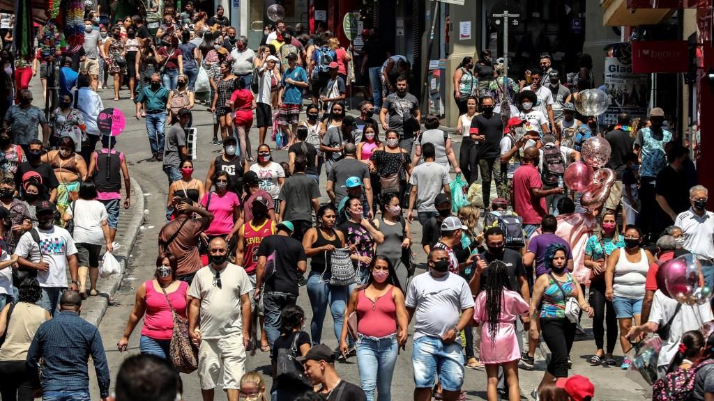 Recuperación en Latinoamérica dependerá de las vacunas, dice la Cepal - Decenas de personas caminan por una vía comercial en el centro de Sao Paulo (Brasil). Foto de EFE