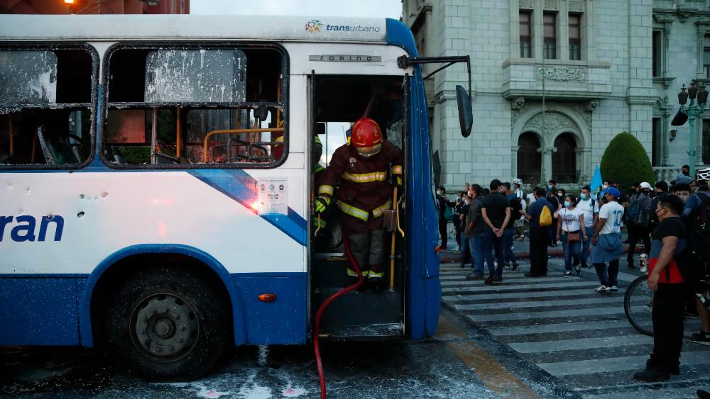 Queman un autobús frente al Palacio Nacional de Guatemala durante una manifestación - Foto de EFE