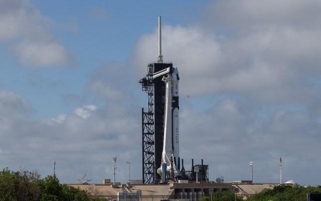 NASA y SpaceX alistan histórica misión tripulada a la EEI - Cohete Falcon 9 de SpaceX en plataforma de lanzamiento. Foto de EFE
