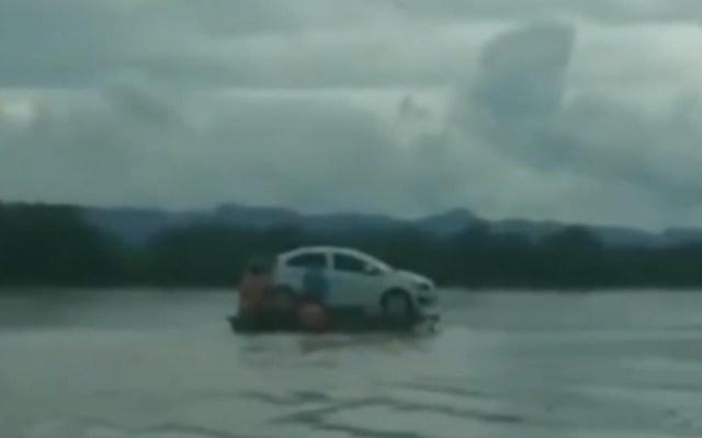 #Video Cruzan auto a bordo de cayucos por río Usumacinta de Tabasco - Cruce de auto por río Usumacinta. Captura de pantalla / Josesito_Chan