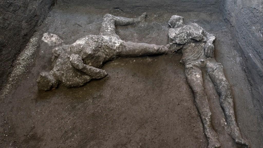 Hallan en Pompeya cuerpos de dos víctimas de erupción del Vesubio - Cuerpos de amo y esclavo  hallados en Pompeya, reconstruidos con técnica del yeso. Foto de EFE