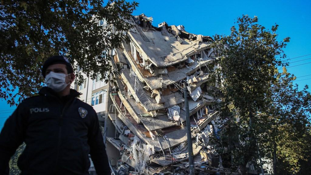 Suman 62 muertos en Turquía por sismo en costas del mar Egeo - Edificio colapsado en Turquía tras sismo magnitud 6.8. Foto de EFE
