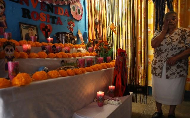 Condena Arquidiócesis uso de fiestas religiosas como pretexto para reuniones en pandemia - En casa, la señora Norberta montó una ofrenda a su hija Rosita. Foto de EFE