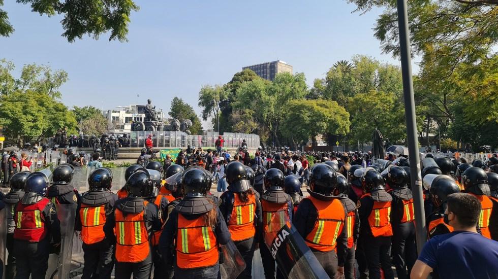 #Video Policías encapsulan protesta feminista en Fuente de las Cibeles - Encapsulamiento de manifestación feminista en Fuente de las Cibeles. Foto de @A_mirandam