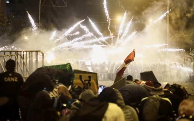 Noche de violencia en Perú deja dos muertos y 42 desaparecidos - Enfrentamiento entre manifestantes y la Policía en Perú. Foto de EFE