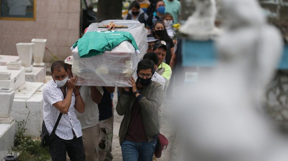 ¿Cómo llegamos a las 100 mil muertes por COVID-19 en México? - Entierro de hombre en panteón de Tláhuac, Ciudad de México. Foto de EFE