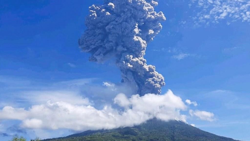 #Video Volcán en Indonesia entra en erupción; desalojan a 2 mil 700 personas - Erupción del volcán Ile Lewotolok. Foto de EFE