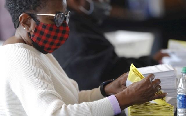 Participación histórica en Georgia en las elecciones clave al Senado de EE.UU. - Un trabajador maneja el procesamiento y la verificación de las boletas de voto hoy, en el Departamento de Elecciones y Registro del Condado de Fulton en State Farm Arena en Atlanta, Georgia (EEUU). Foto de EFE/ Erik S. Lesser.