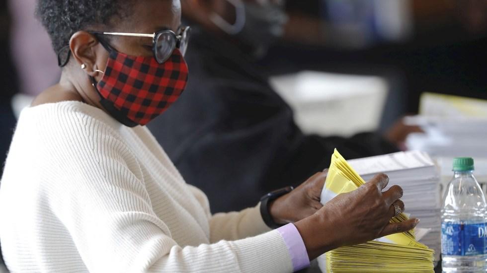 Probablemente Georgia iría al recuento voto por voto, advierte secretario de Estado local - Un trabajador maneja el procesamiento y la verificación de las boletas de voto hoy, en el Departamento de Elecciones y Registro del Condado de Fulton en State Farm Arena en Atlanta, Georgia (EEUU). Foto de EFE/ Erik S. Lesser.
