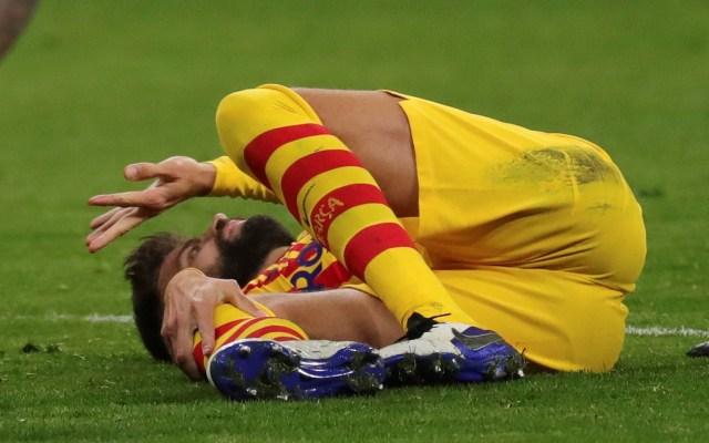 Lesión en rodilla derecha pone a Piqué en baja indefinida - Gerard Piqué en el suelo tras sufrir lesión en la rodilla derecha. Foto de EFE