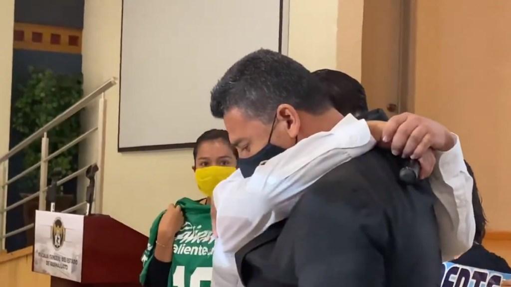 #Video Hermano del reportero asesinado Israel Vázquez llora y abraza a fiscal de Guanajuato al pedirle justicia - Hugo Vázquez llora al abrazar al fiscal de Guanajuato para pedirle ayuda por asesinato de su hermano, el reportero Israel Vázquez. Captura de pantalla
