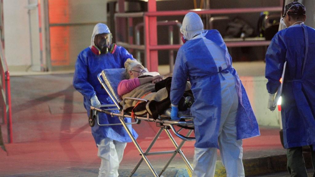 Alta ocupación hospitalaria en la Ciudad de México mantiene en alerta a la OPS - Ingreso al Hospital General de Ciudad Juárez, Chihuahua, de paciente con COVID-19. Foto de EFE