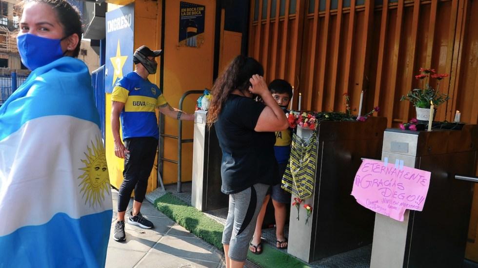 Aficionados continúan recordando a Maradona en las inmediaciones de La Bombonera - Foto de EFE