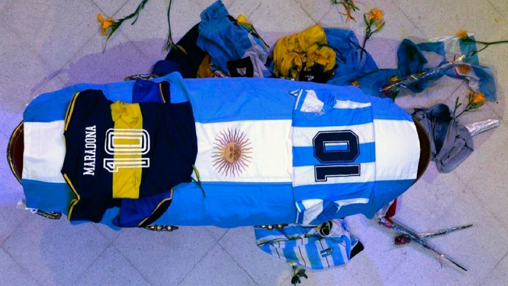 Restos de Maradona llegan al cementerio Jardín Bella Vista para el último adiós - Los restos de Maradona llegan al cementerio Jardín Bella Vista para el último adiós. Foto EFE