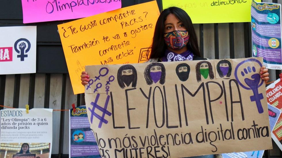 Beatriz Gutiérrez lanza advertencia a Twitter tras aprobación de Ley Olimpia en Senado - Manifestación a favor de Ley Olimpia afuera de Senado de la República. Foto de EFE
