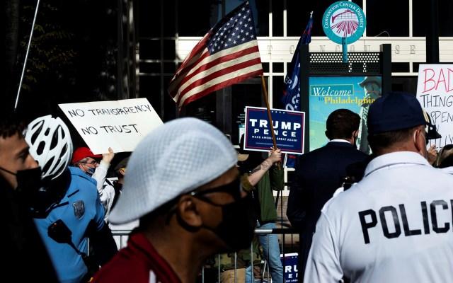 Detienen en sede de conteo de votos en Filadelfia a dos hombres armados - Manifestación afuera de Centro de Convenciones de Filadelfia. Foto de EFE