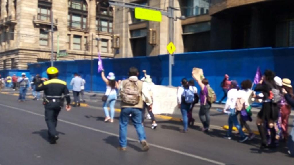 Llegan primeros contingentes de mujeres al Zócalo para manifestarse contra la violencia de género. Noticias en tiempo real