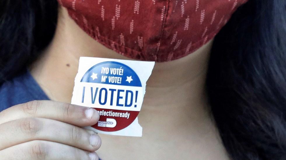 Voto anticipado impone cifra récord en elecciones de Estados Unidos - Mujer presume estampa de que ya votó en EE.UU. Foto de EFE