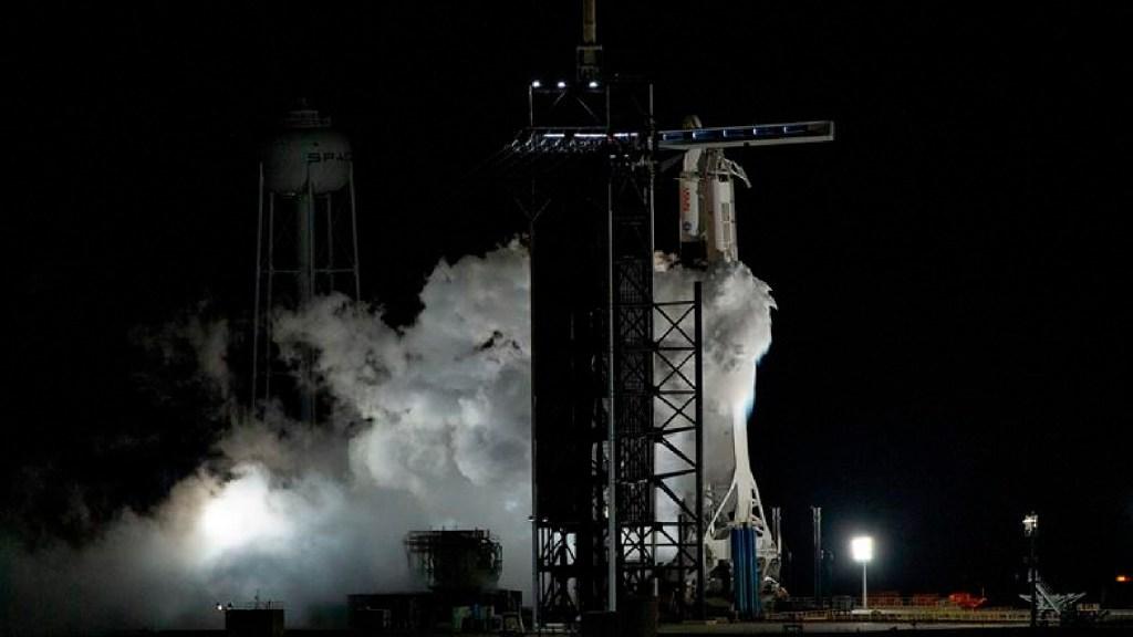 #Video SpaceX y la NASA inician nueva etapa de misiones tripuladas al espacio - El cohete SpaceX Falcon 9 que transporta la nave espacial Crew Dragon se prepara para la misión SpaceX Crew-1 de la NASA, a la Estación Espacial Internacional, en el Centro Espacial John F. Kennedy en Merritt Island, Cabo Cañaveral, Florida. Foto EFE