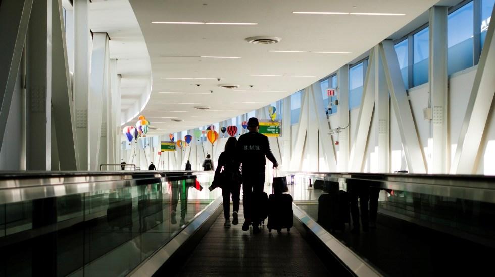 Estados Unidos recomendará abstenerse de viajar al 80 por ciento de los países del mundo por COVID-19 - Pasajeros en el Aeropuerto Internacional John F. Kennedy de Nueva York, EE.UU. Foto de EFE