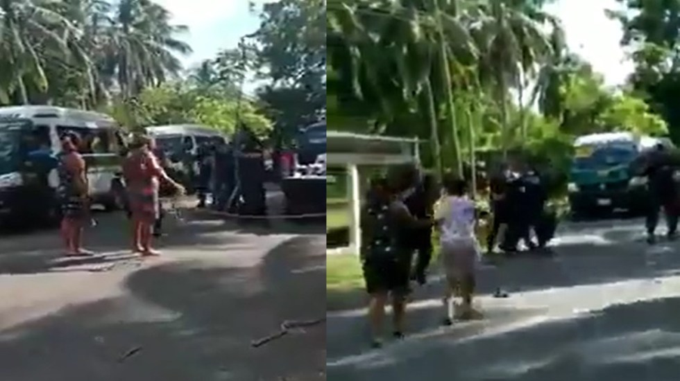 #Videos Pelea campal entre policías y pobladores en Tabasco por programas asistenciales - Pelea campal en Reforma de Jalpa de Méndez, poblado de Tabasco. Captura de pantalla
