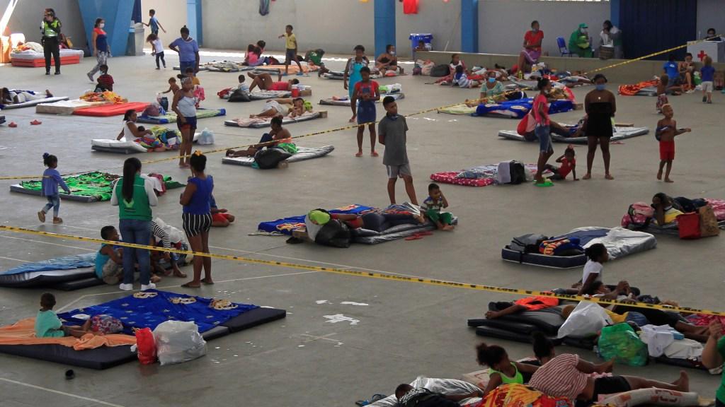 Miles de desalojados y terror en Centroamérica ante 'catastrófico' huracán Iota - Personas desalojadas en Colombia ante los estragos de Iota. Foto de EFE