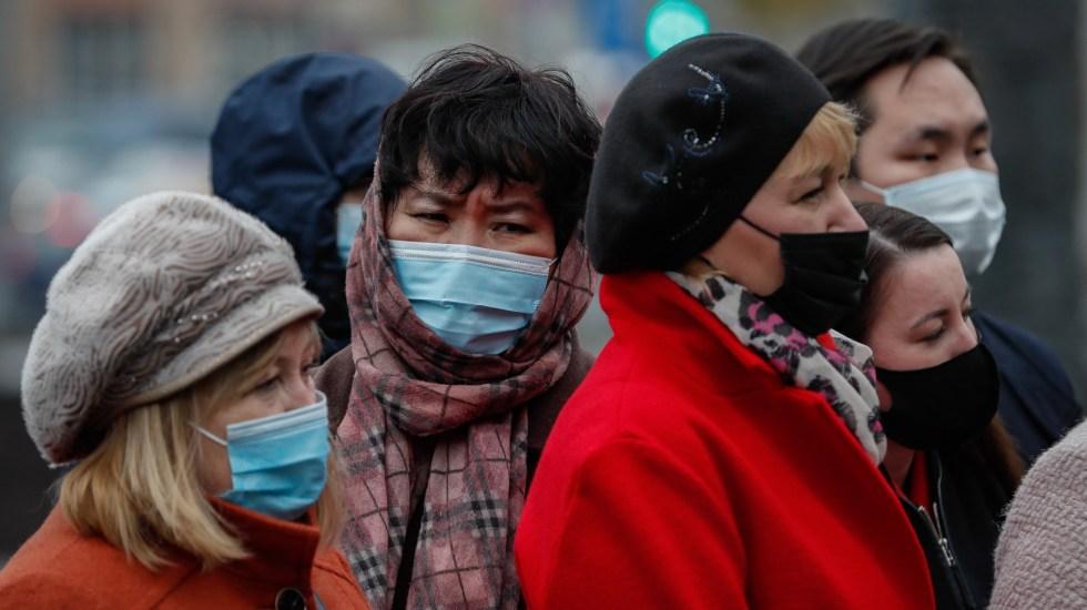 Rusia mantiene tendencia al alza con nuevo récord de contagios de coronavirus - Personas en Rusia usan cubrebocas en espacios públicos para prevenir el COVID-19. Foto de EFE