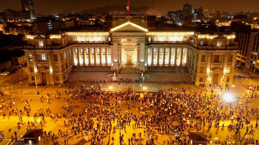 Un muerto y masivo rechazo en la calle debilitan al presidente Merino - Plaza San Martín en Lima durante multitudinaria protesta en Perú. Foto de EFE/ Cristian Olea