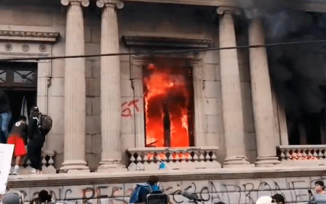 Cientos de manifestantes toman el Congreso de Guatemala y le prenden fuego - El Congreso incendiado. Foto de Prensa Libre.