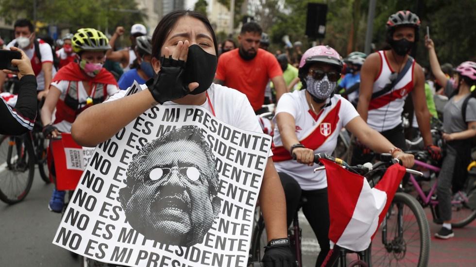 Salida de Merino, un paso en la dirección correcta para evitar crisis política en Perú: IDEA Internacional - Rodada en Lima, Perú, para celebrar dimisión de Manuel Merino a la Presidencia. Foto de EFE
