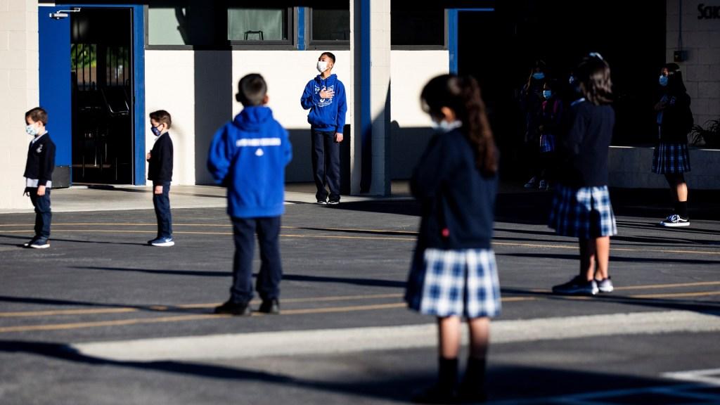 Bachelet alerta que el mundo no puede volver a ser el mismo tras la pandemia - Sana distancia en escuela de EE.UU. para prevenir casos de COVID-19. Foto de EFE
