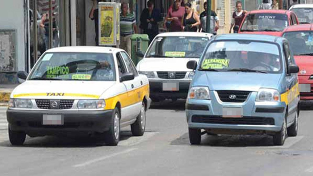 Joven se salva de secuestro en Tamaulipas al intentar saltar de taxi en movimiento - Taxis en Altamira, Tamaulipas. Foto de Expreso.press