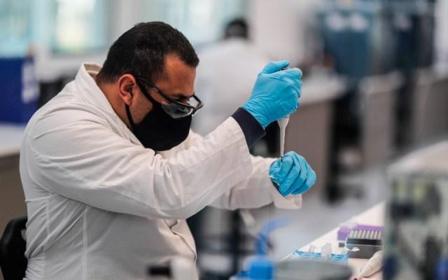 """Oxford asegura que sería """"relativamente rápido"""" adaptar vacunas de COVID-19 a mutaciones del virus - Trabajadores del laboratorio mAbxience, elegido por AstraZeneca para la producción en Latinoamérica de la vacuna contra el COVID-19. Foto de EFE"""