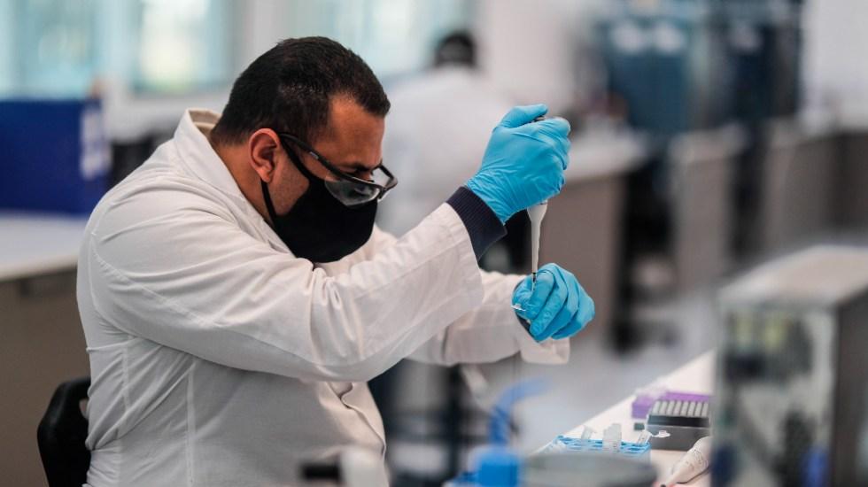 Vacuna de AstraZeneca/Oxford estará disponible en marzo de 2021, afirma AMLO - Trabajadores del laboratorio mAbxience, elegido por AstraZeneca para la producción en Latinoamérica de la vacuna contra el COVID-19. Foto de EFE