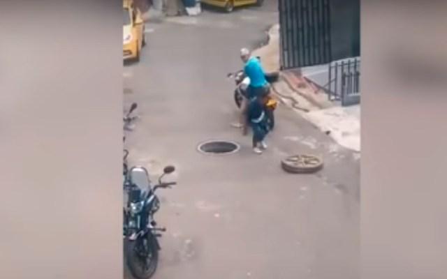 #Video Ladrón intenta robar tapa de alcantarilla y casi muere - Ladrón intenta robarse la tapa de una alcantarilla y casi muere en el intento. Foto Captura de pantalla