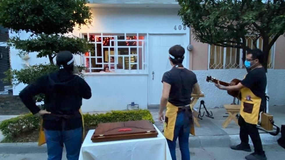 FIL lleva serenatas y cuentos a niños en confinamiento por pandemia en México - Grupo A la Deriva Teatro.