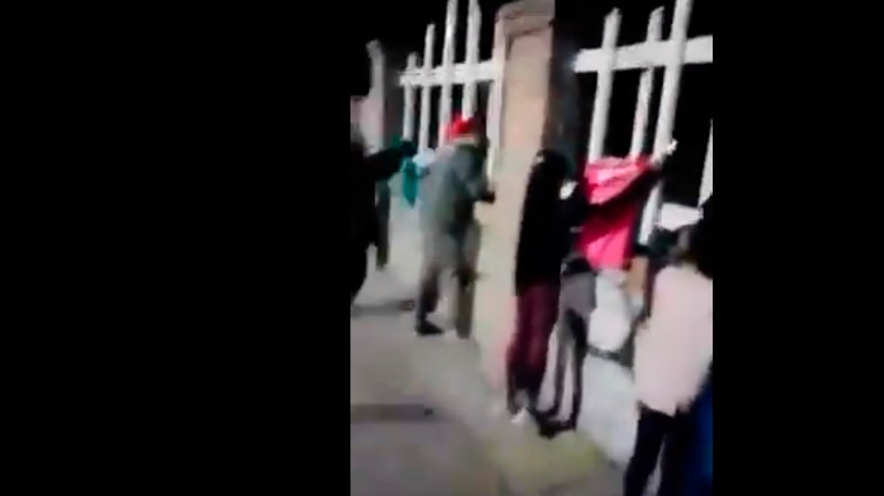 """#VIDEO """"Abuelito, el León es campeón""""; niños visitan a su abuelo recién fallecido al panteón y le dan la noticia - Abuelito, el León es campeón; niños visitan a su abuelo recién fallecido al panteón y le dan la noticia. Foto Captura de pantalla"""