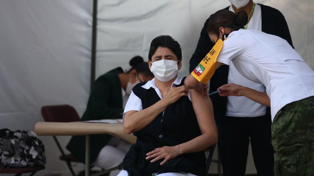 """""""Es una lluvia de emociones"""", afirman médicos al vacunarse contra COVID-19 - Personal médico recibe hoy la vacuna de Pfizer contra la COVID-19, en Ciudad de México. Foto de EFE"""