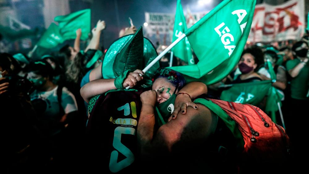 """Satisfacción y alivio en la """"marea verde"""" feminista por la ley del aborto - Foto de EFE"""