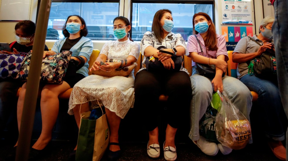 Un año conviviendo con un virus que las vacunas no deben hacernos subestimar - Foto de EFE
